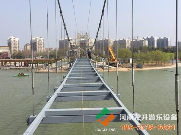 玻璃吊桥施工中